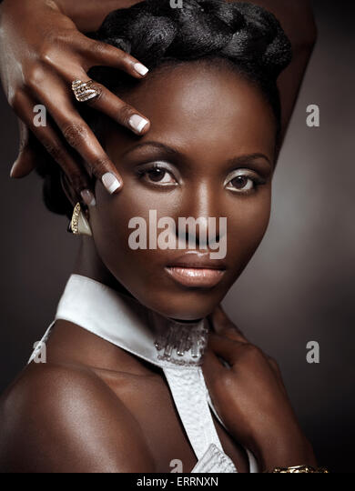 Schöne junge Afroamerikanerin künstlerische Schönheit Porträt auf schwarzem Hintergrund isoliert Stockbild