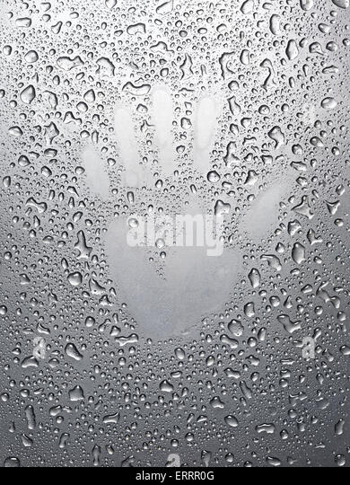 Abstrakt menschliche Hand mit der Handfläche Druck auf nassen Metalloberfläche Stockbild