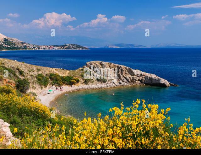 Schöner Strand auf der Insel Krk in Kroatien. Stockbild
