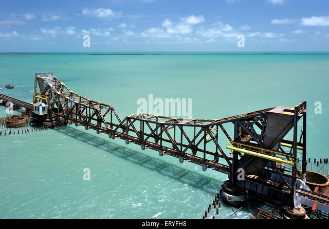 Längste Eisenbahnbrücke Pamban am Meer; Rameswaram; Tamil Nadu; Indien Stockbild