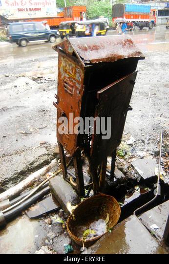 Verrostet gefährlich offene Elektrokabel Kreuzung am Straßenrand in Bombay Mumbai; Maharashtra; Indien Stockbild