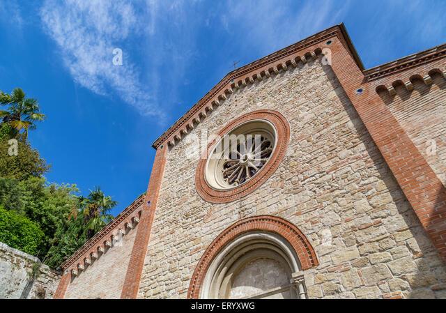 Fassade des XIV Katholiken Kirche des Heiligen Nikolaus und Francesco in Italien Stockbild