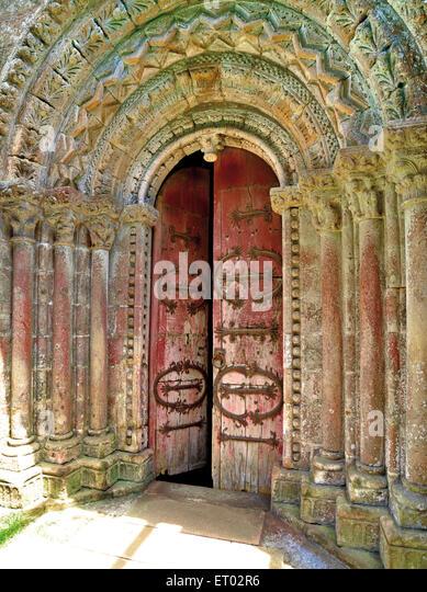 Spanien, Galicien: Romanische Portal der malerischen Kirche Vilar de Donas Stockbild