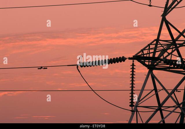 Nahaufnahme von Verbindungen von hoher Spannung Linie Turm bei Sonnenuntergang; Pune; Maharashtra; Indien Stockbild