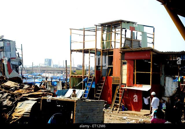 Wiederaufbau nach dem großen Inferno in Garib Nagar in Bandra; Bombay; Mumbai; Maharashtra; Indien Stockbild