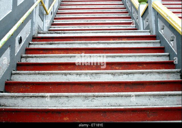 Grafik-Design rot-weißen auf Stufen des Batu Höhle; Malaysien Stockbild