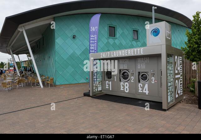 Ein Outdoor-Waschsalon in Cobham Services auf der M25 in Surrey, England, UK Stockbild