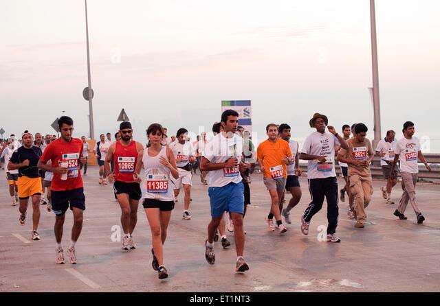 Marathonläufer auf Meer Link; Bombay Mumbai;  Maharashtra; Indien NOMR Stockbild