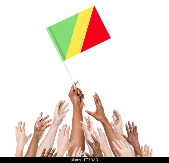 Gruppe von multi-ethnischen Menschen erreichen und die Flagge der Republik Kongo. Stockbild