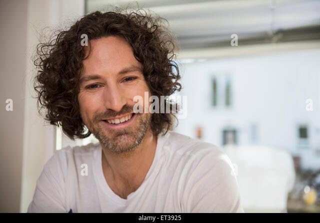 Nahaufnahme von einem Mitte erwachsenen Mann lächelnd, München, Bayern, Deutschland Stockbild