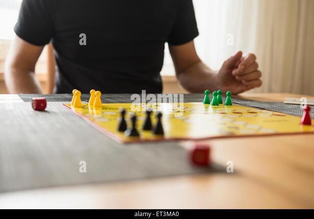 Mittleren Bereich eines Mannes spielen Brettspiel, Bayern, Deutschland Stockbild