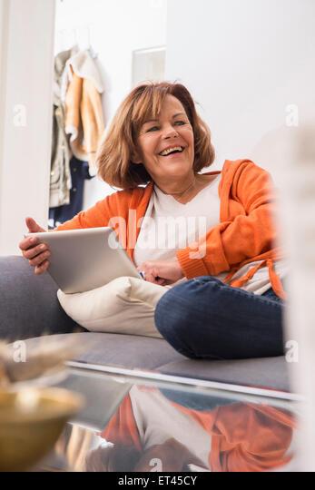 Glücklich senior Frau arbeitet eine digitale-Tablette, München, Bayern, Deutschland - Stock-Bilder