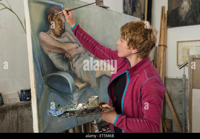 Frau malt an der Staffelei, Bayern, Deutschland Stockbild