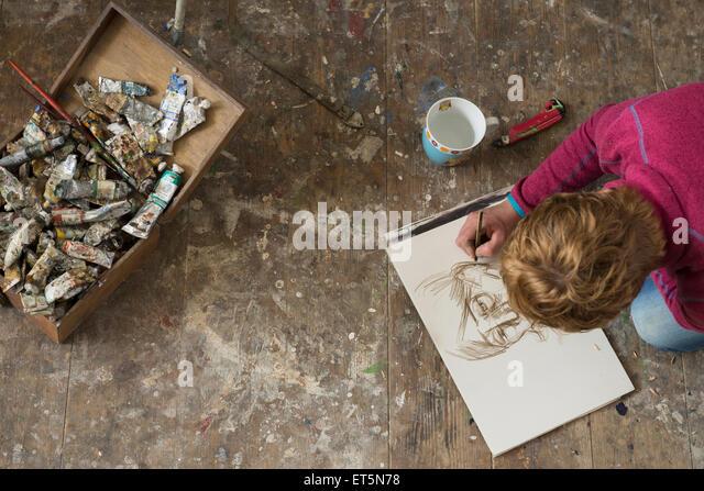 Künstlerin die Skizze im Art Studio, Bayern, Deutschland Stockbild