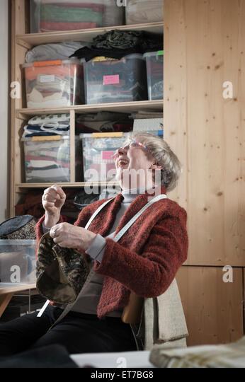 Weibliche Mode Chefdesigner Nähen Cap im Workshop Bayern Deutschland Stockbild