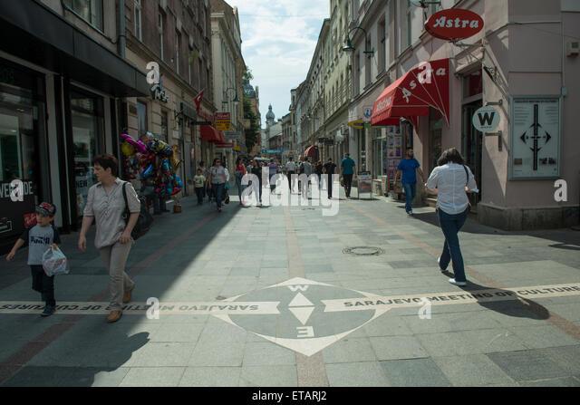 """Die """"Sarajevo treffen der Kulturen"""" Linie in der Innenstadt. Diese Linie trennt die Osmanischen Viertel Stockbild"""