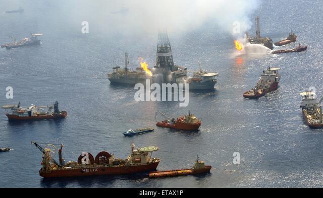 Der Discoverer Enterprise und die Q4000 weiterhin aus Gasen flare, wie Schiffe rund um den geplatzten Aufsteiger Stockbild