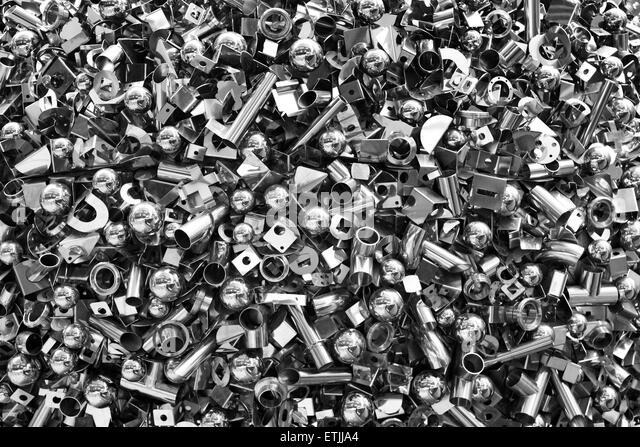 Detail aus einem skulpturalen Stück bestehend aus Nüssen, Bots und Schrauben auf dem Display außerhalb Stockbild