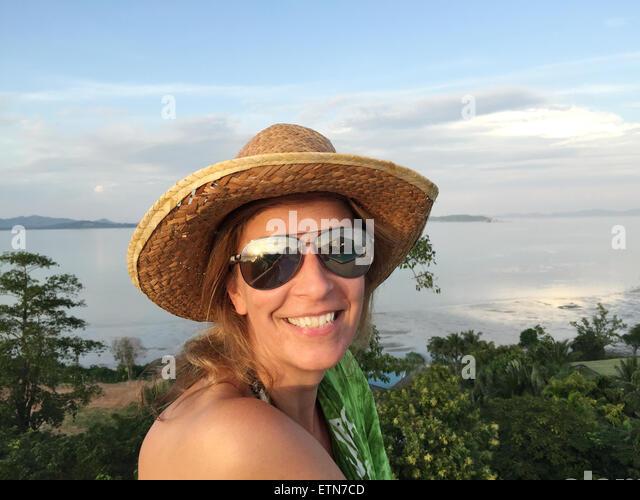 Porträt einer Frau in den Urlaub Stockbild