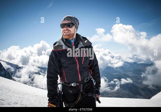 Mitte erwachsener Mann auf dem Gipfel des Breithornsattel, Zermatt, Schweiz Stockbild