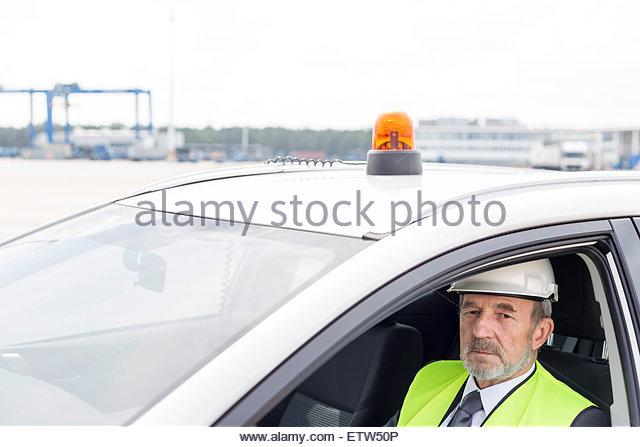 Mann, tragen von Schutzkleidung in Auto am Containerhafen Stockbild