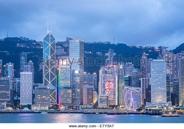 Abenddämmerung Skyline der Wolkenkratzer in Hongkong Kowloon an einem klaren Tag Stockbild