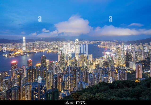 Nacht-Skyline von Hong Kong und den Victoria Harbour aus The Peak an einem klaren Tag Stockbild