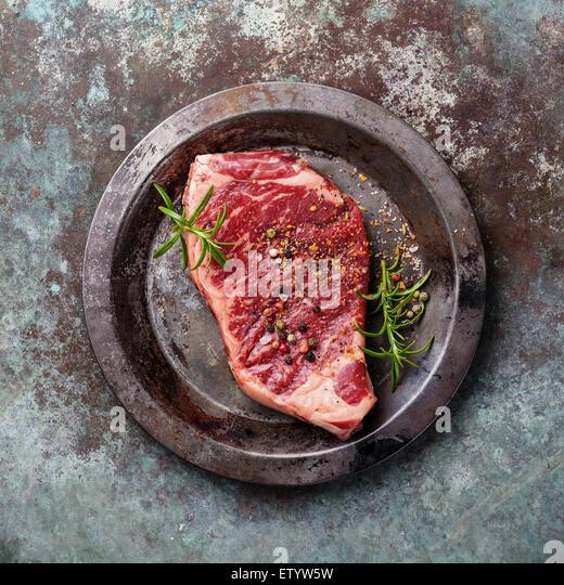 Rohes Frischfleisch Striploin Steak und Gewürze auf Metall Hintergrund Stockbild