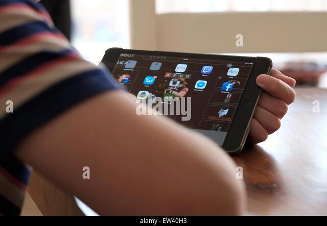 männliche junge mit Ipad Mini Tablet-computer Stockbild