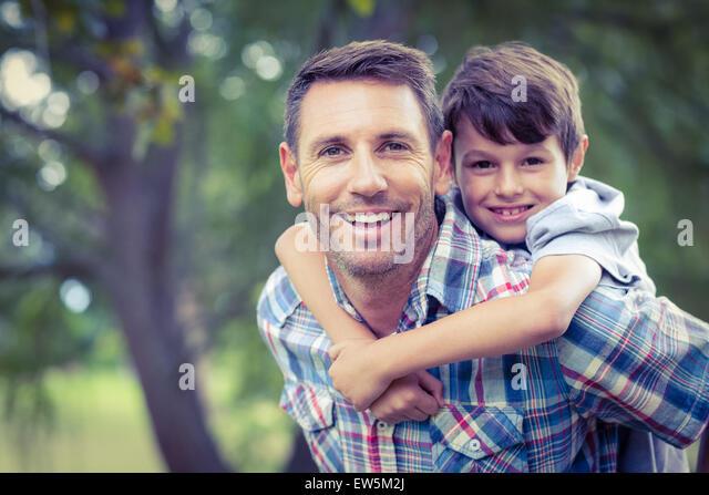 Kind spielt mit seinem Vater Stockbild