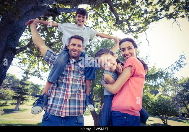 Glückliche Familie im Park zusammen Stockbild
