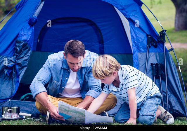 Vater und Sohn im Park camping Stockbild