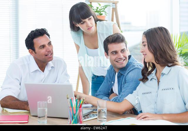 Gruppe von jungen Kolleginnen und Kollegen mit einem Treffen Stockbild