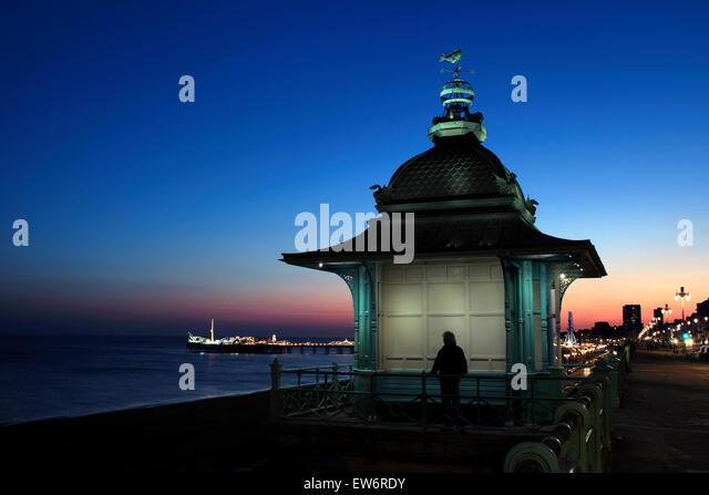 Dämmerung Himmel hinter der Madeira heben, Marine Parade, Brighton. Pier im Hintergrund beleuchtet. Stockbild