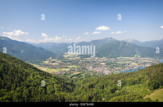 Blick auf den Tegernsee, das Dorf Rottach Egern und Weissach Tal, Bayern, Deutschland Stockbild