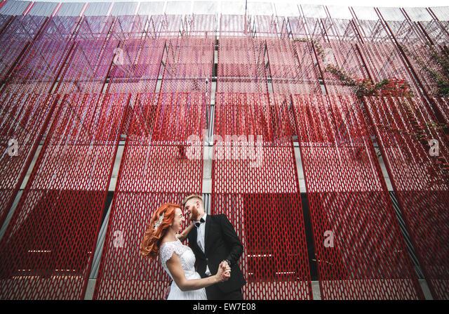 Hochzeitspaar auf einem Spaziergang in der Stadt Stockbild