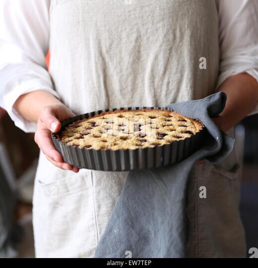 Frau mit frisch gebackenen Obstkuchen Stockbild
