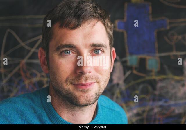 Porträt eines erwachsenen Mannes, Mitte Stockbild