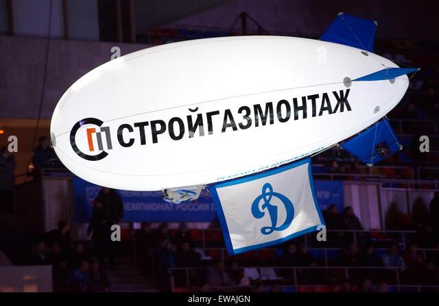 Moskau - 28. Januar 2014: Zeppelin des Sponsors StroyGazMontage fliegen über Eis während der KHL Eishockey Stockbild