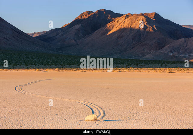 Sonnenaufgang auf der Rennstrecke in Death Valley Nationalpark in Kalifornien, USA Stockbild