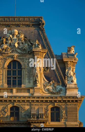 Abendsonne auf den architektonischen Details im Musée du Louvre, Paris, Frankreich Stockbild