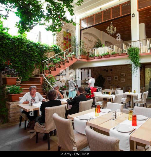 """""""Hof"""" der zum stilvollen Speisen. Hier zu sehen sind Kunden von Restaurant La Boheme in Rethymnon, Crete. Stockbild"""