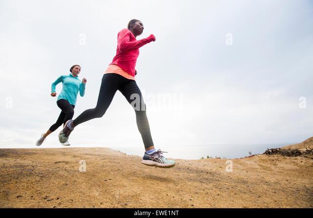 Zwei Frauen Joggen entlang der Küste-fitness Stockbild