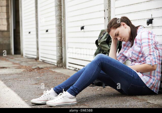 Obdachlosen Teenager-Mädchen auf Straßen mit Rucksack Stockbild