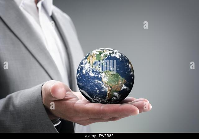 Geschäftsmann, der die Welt in seinen Händen Stockbild