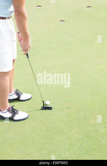 Niedrige Abschnitt des mittleren Erwachsenenalter Menschen Golf spielen Stockbild