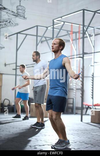In voller Länge der Männer im Crossfit Gym fit halten Stockbild