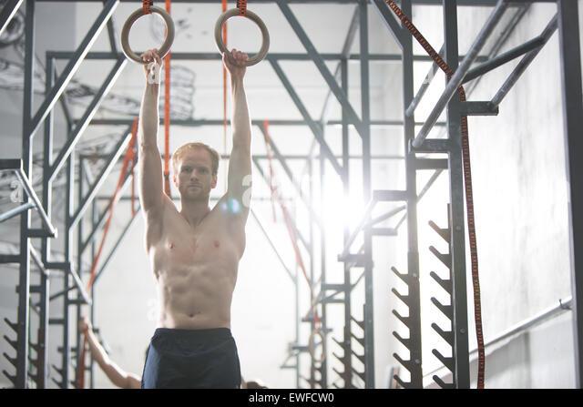 Überzeugt Man mit Gymnastik Ringen im Crossfit Gym trainieren Stockbild