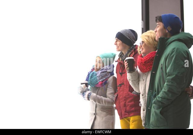 Multiethnische Freunde wegschauen gegen klarer Himmel im winter Stockbild