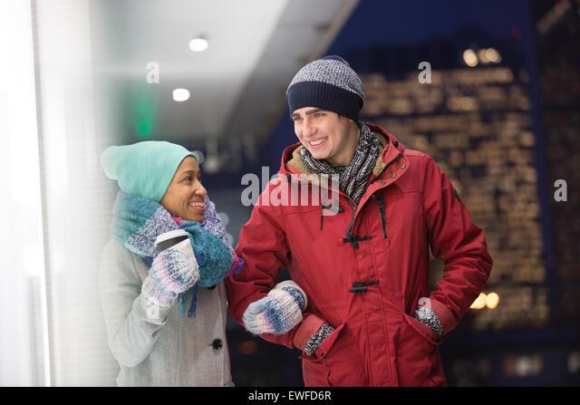 Multiethnische paar im Gespräch in der Dämmerung im winter Stockbild